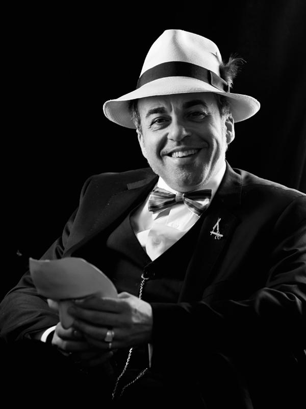 Hombre con traje, pajarita y sombrero
