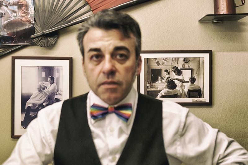 Hombre clásico con pajarita de colores